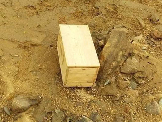 Xôn xao hình ảnh hòm gỗ trôi sông, bên trong chứa bùa ngải - 1