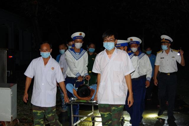 Trực thăng vượt biển xuyên đêm trong thời tiết xấu cứu bệnh nhân - 1