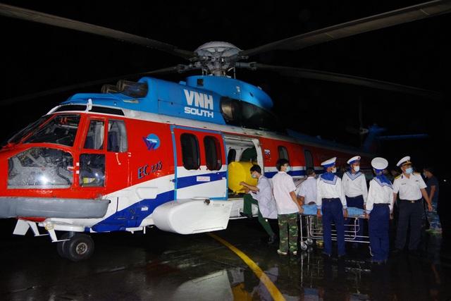 Trực thăng vượt biển xuyên đêm trong thời tiết xấu cứu bệnh nhân - 2