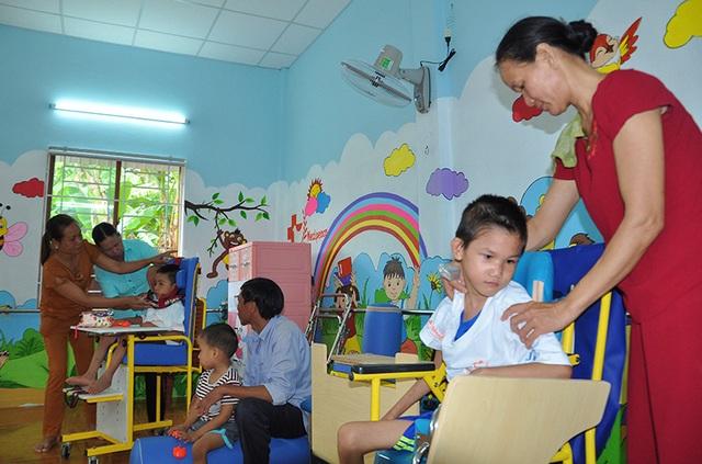 Hơn 1.100 trẻ em khuyết tật vùng nông thôn được điều trị phục hồi chức năng - 1