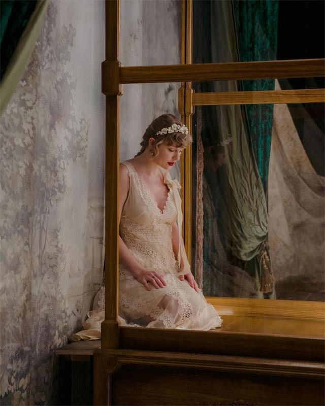 Taylor Swift bất ngờ mặc váy cô dâu, tung album thứ 9 - 2