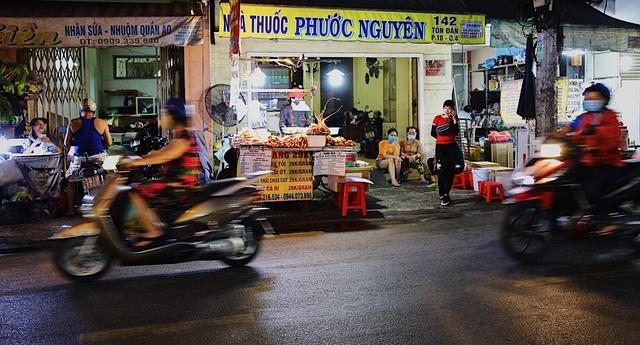 Chạy xe ôm rồi lập tiệm hải sản, cô gái kiếm chục triệu đồng mỗi tháng - 1