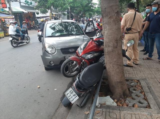 Ô tô tông hàng loạt xe máy giữa Sài Gòn, 2 người bị thương - 1