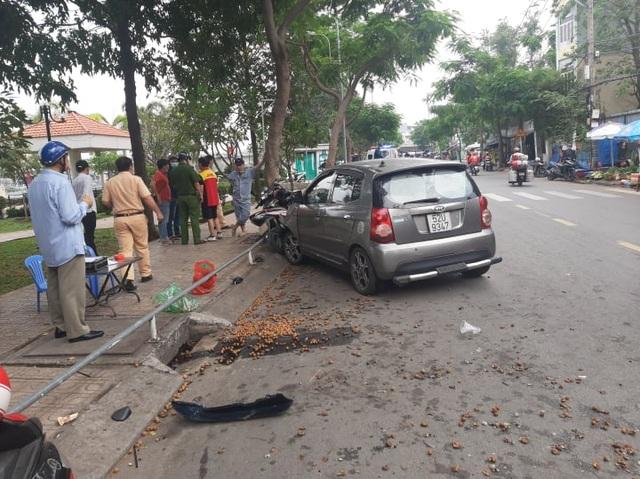 Ô tô tông hàng loạt xe máy giữa Sài Gòn, 2 người bị thương - 3