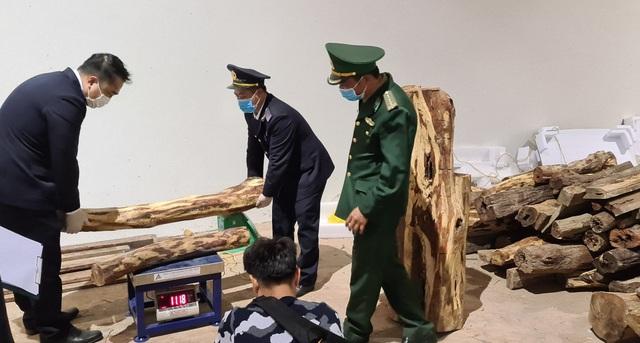 Bắt giữ hơn 1 tấn hàng nghi pháo hoa - 2