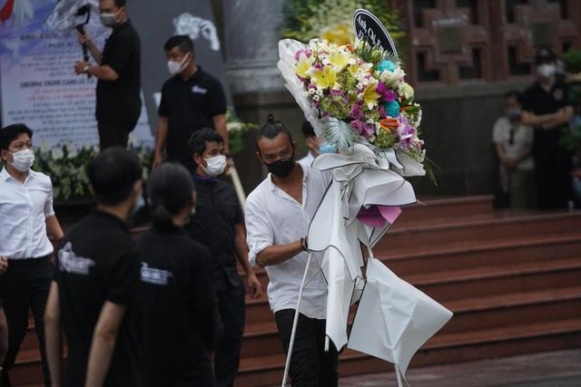 Khán giả đội mưa tiễn cố danh hài Chí Tài, Hoài Linh vái lạy linh cữu - 6