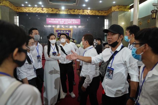 Xúc động hình ảnh nghệ sĩ nắm tay nhau hộ tống linh cữu danh hài Chí Tài - 16