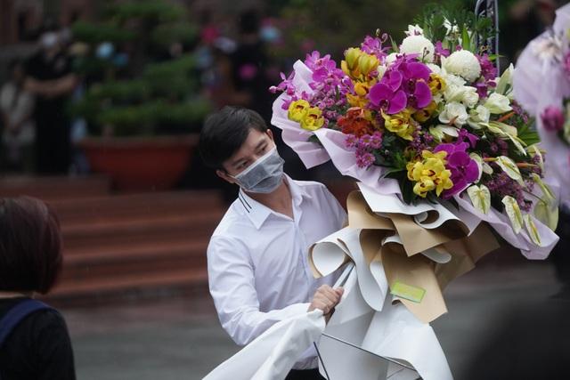 Khán giả đội mưa tiễn cố danh hài Chí Tài, Hoài Linh vái lạy linh cữu - 7