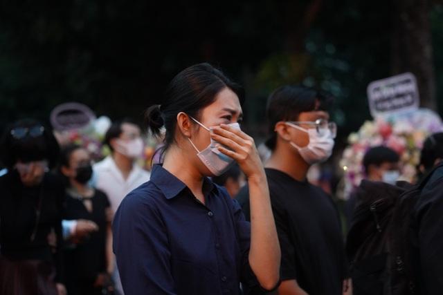 Khán giả đội mưa tiễn cố danh hài Chí Tài, Hoài Linh vái lạy linh cữu - 13