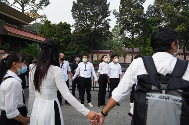 Xúc động hình ảnh nghệ sĩ nắm tay nhau hộ tống linh cữu danh hài Chí Tài - 18