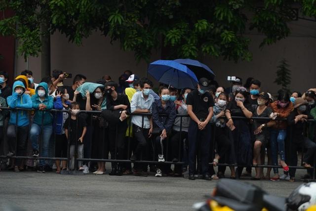 Khán giả đội mưa tiễn cố danh hài Chí Tài, Hoài Linh vái lạy linh cữu - 4