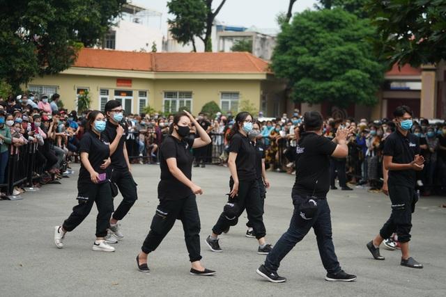 Khán giả đội mưa tiễn cố danh hài Chí Tài, Hoài Linh vái lạy linh cữu - 1