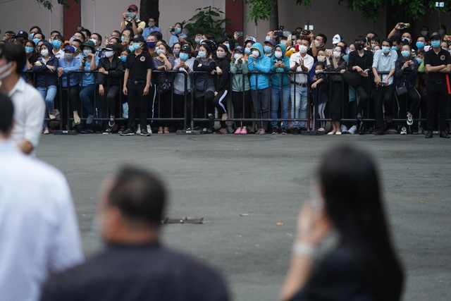 Khán giả đội mưa tiễn cố danh hài Chí Tài, Hoài Linh vái lạy linh cữu - 18