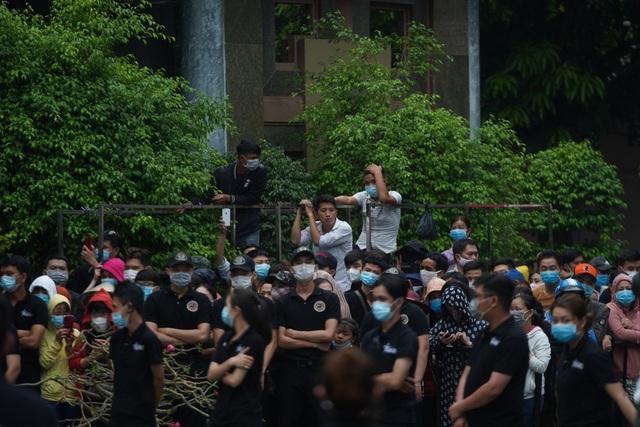 Khán giả đội mưa tiễn cố danh hài Chí Tài, Hoài Linh vái lạy linh cữu - 2