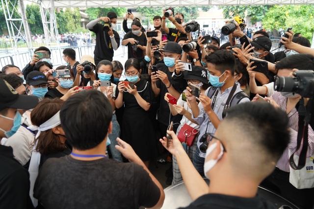 Xúc động hình ảnh nghệ sĩ nắm tay nhau hộ tống linh cữu danh hài Chí Tài - 22