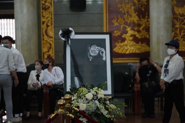 Xúc động hình ảnh nghệ sĩ nắm tay nhau hộ tống linh cữu danh hài Chí Tài - 15