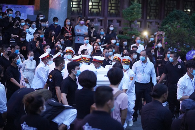 Khán giả đội mưa tiễn cố danh hài Chí Tài, Hoài Linh vái lạy linh cữu - 9