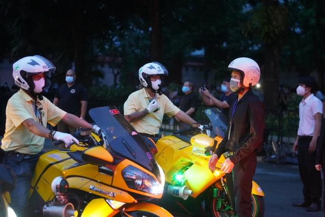 Khán giả đội mưa tiễn cố danh hài Chí Tài, Hoài Linh vái lạy linh cữu - 16