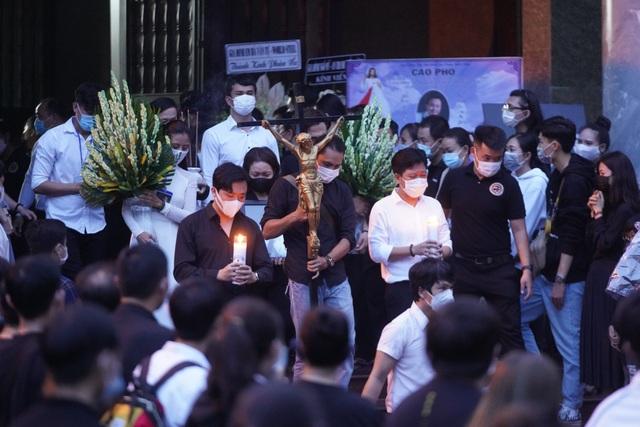 Khán giả đội mưa tiễn cố danh hài Chí Tài, Hoài Linh vái lạy linh cữu - 8