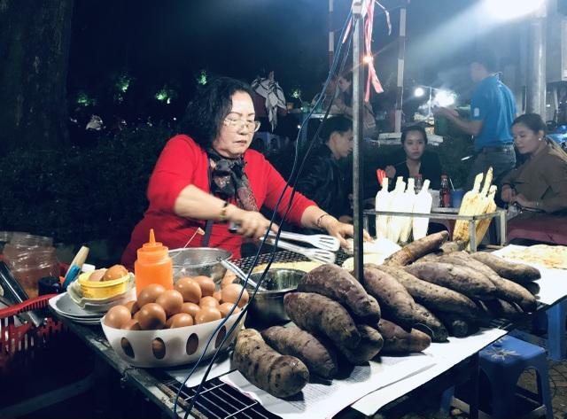 Độc đáo nghề bán cái bụng ấm cho khách du lịch giữa phố ngàn hoa - 4