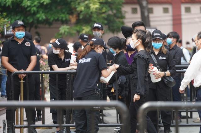 Xúc động hình ảnh nghệ sĩ nắm tay nhau hộ tống linh cữu danh hài Chí Tài - 24