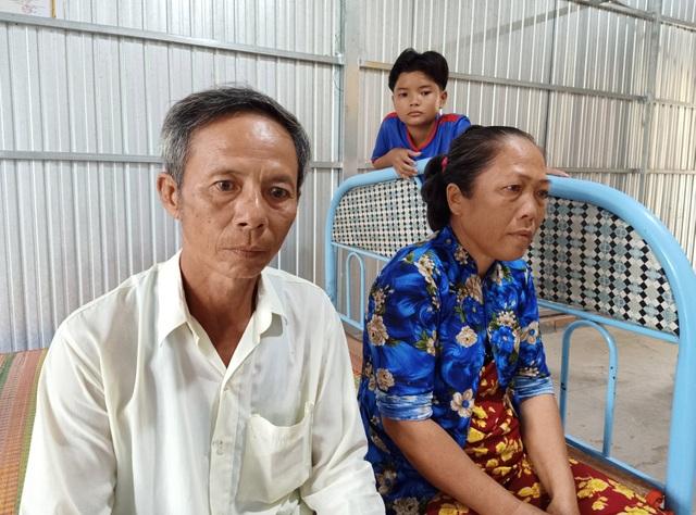 Ứa nước mắt cảnh hai con thơ ngóng cha kiếm tiền về thắp hương mẹ - 5