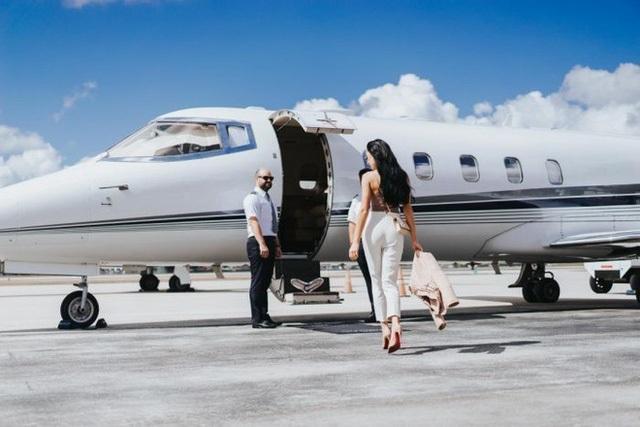 Sốc với tiết lộ của tiếp viên hàng không cho giới siêu giàu - 2