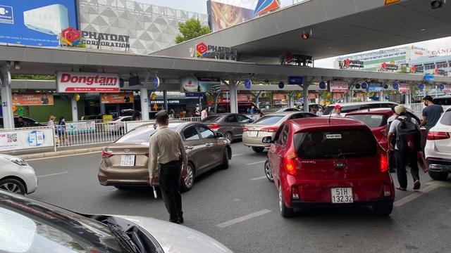 Tăng thêm làn xe cho taxi đón khách ở sân bay Tân Sơn Nhất - 4