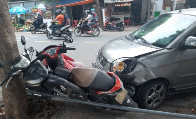 Ô tô tông hàng loạt xe máy giữa Sài Gòn, 2 người bị thương - 2