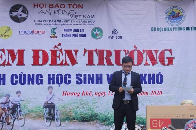 Ông Bùi Bá Thanh - Chủ tịch Câu lạc bộ Hoa lan Hà Tĩnh - đại diện các nhà hảo tâm chia sẻ, động viên học sinh và người dân ở vùng khó khăn huyện miền núi Hương Khê.