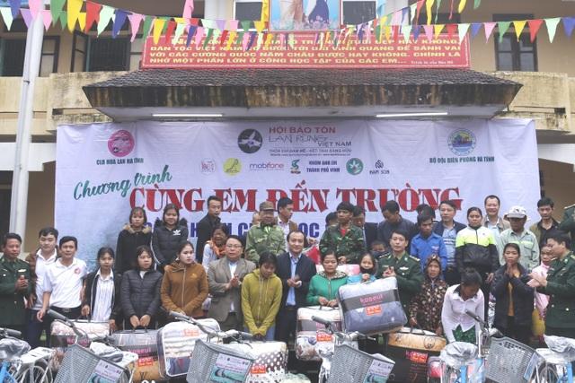 """...và hơn 100 suất quà khác được chương trình """"Cùng em đến trường"""" trao cho học sinh, người dân khó khăn ở các xã miền núi huyện Hương Khê."""