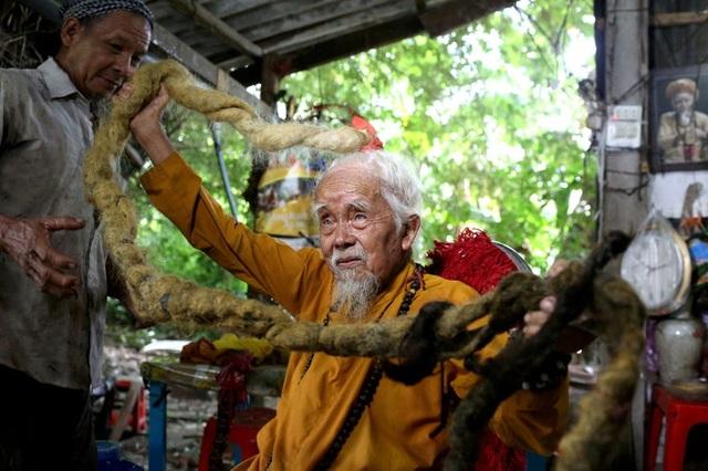 Cụ ông người Việt tóc dài 5 mét là một trong những điều kỳ lạ nhất năm 2020 - 21