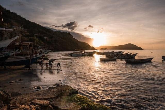 Châu báu bí ẩn liên tục dạt vào bờ biển, người dân đổ xô săn lùng kho báu - 3