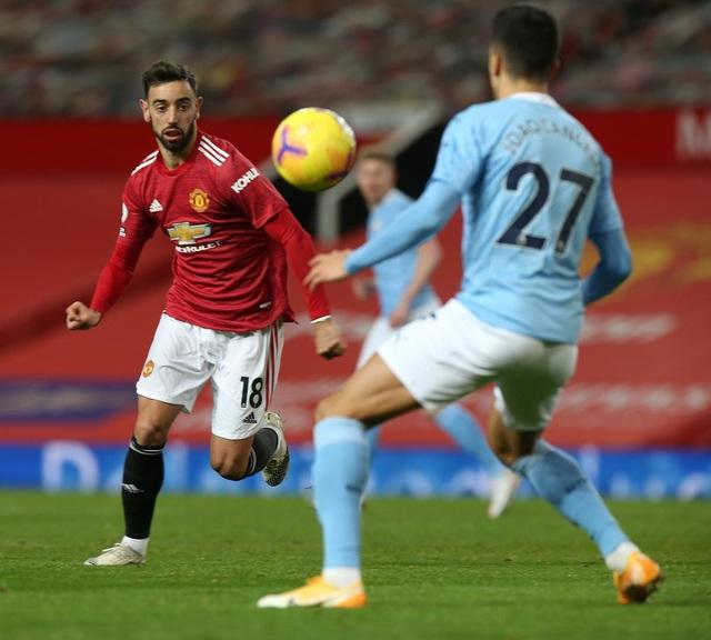 Những khoảnh khắc Man Utd và Man City bắt tay chia điểm - 17