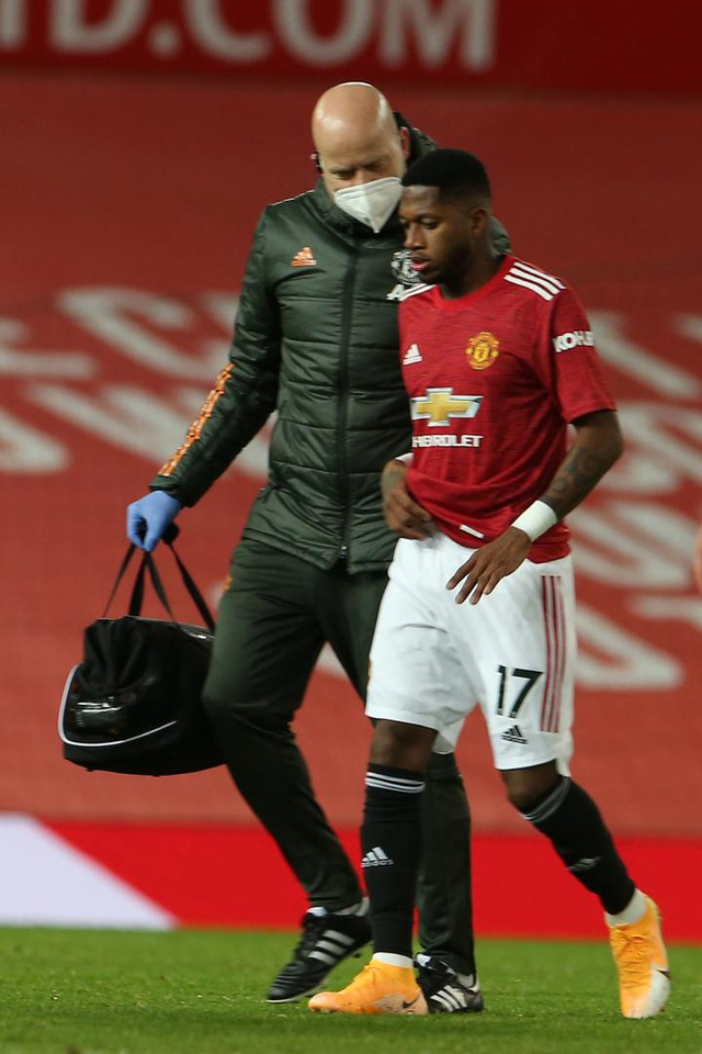 Những khoảnh khắc Man Utd và Man City bắt tay chia điểm - 3