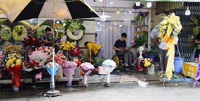 Vợ chồng khuyết tật mở tiệm hoa, thu về chục triệu đồng mỗi tháng - 1