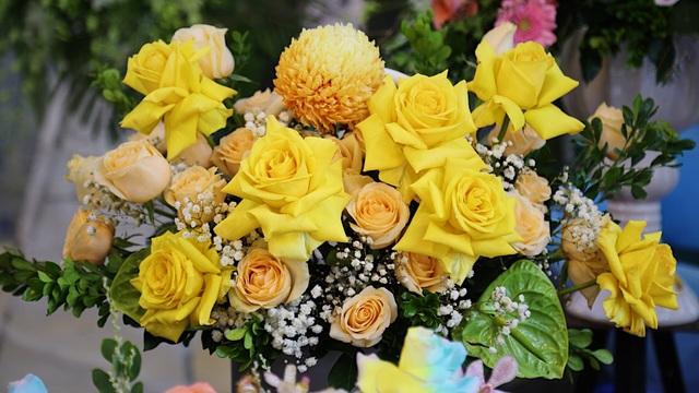Vợ chồng khuyết tật mở tiệm hoa, thu về chục triệu đồng mỗi tháng - 11