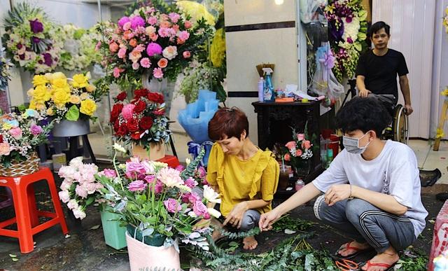 Vợ chồng khuyết tật mở tiệm hoa, thu về chục triệu đồng mỗi tháng - 12