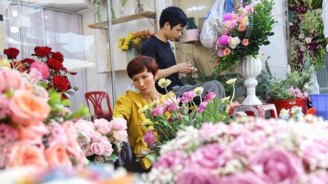 Vợ chồng khuyết tật mở tiệm hoa, thu về chục triệu đồng mỗi tháng - 2