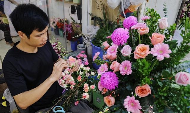 Vợ chồng khuyết tật mở tiệm hoa, thu về chục triệu đồng mỗi tháng - 3