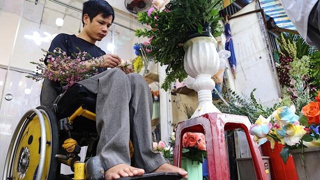 Vợ chồng khuyết tật mở tiệm hoa, thu về chục triệu đồng mỗi tháng - 4