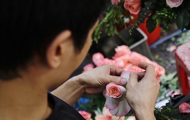 Vợ chồng khuyết tật mở tiệm hoa, thu về chục triệu đồng mỗi tháng - 5