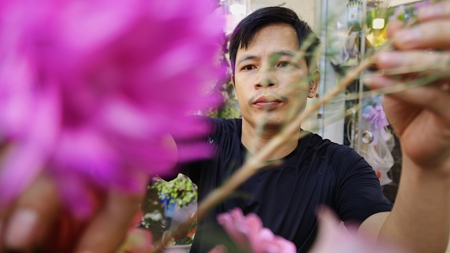 Vợ chồng khuyết tật mở tiệm hoa, thu về chục triệu đồng mỗi tháng - 7