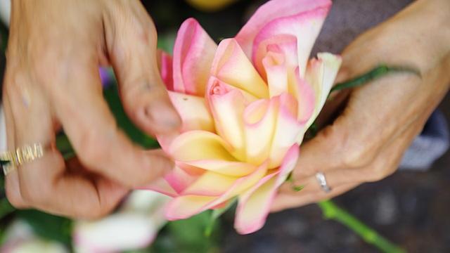 Vợ chồng khuyết tật mở tiệm hoa, thu về chục triệu đồng mỗi tháng - 9