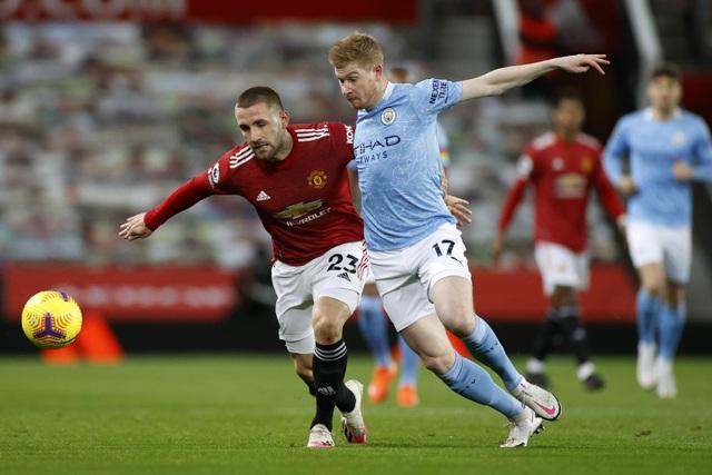Những khoảnh khắc Man Utd và Man City bắt tay chia điểm - 2