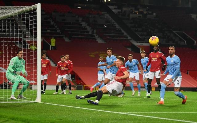 Những khoảnh khắc Man Utd và Man City bắt tay chia điểm - 5