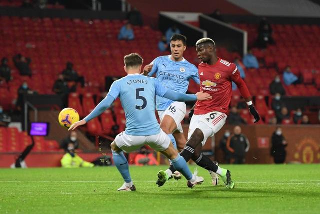 Những khoảnh khắc Man Utd và Man City bắt tay chia điểm - 9