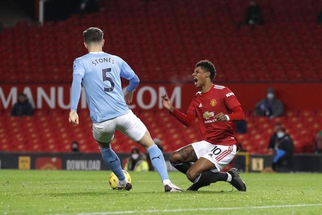 Những khoảnh khắc Man Utd và Man City bắt tay chia điểm - 10