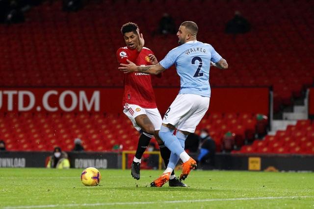 Những khoảnh khắc Man Utd và Man City bắt tay chia điểm - 13