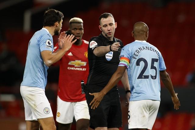 Những khoảnh khắc Man Utd và Man City bắt tay chia điểm - 14